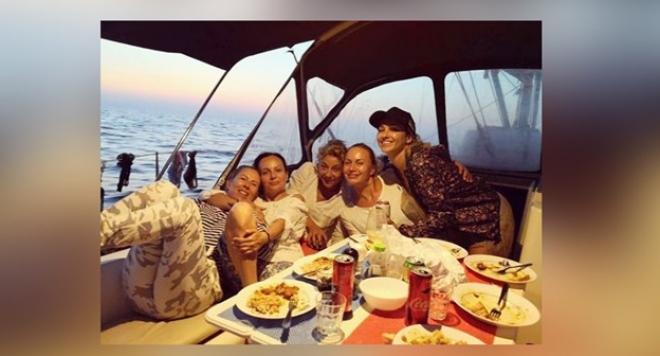 Алекс Раева летува на яхта