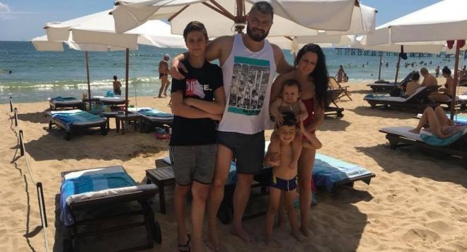 Бареков и бъдещата парламентарната група на новата му патриотична организация заседава на плажа (Снимки)
