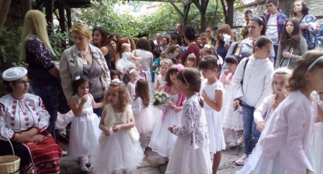 Момиченца между 3 и 6 годишна възраст се подготвят за 100-годишен празник