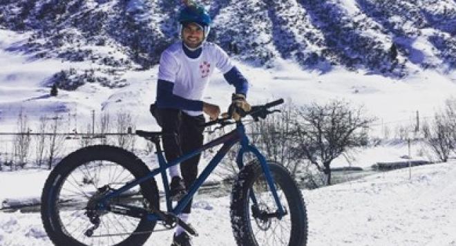 Гришо се отдаде на здравословен уикенд с колело по снега (Видео)