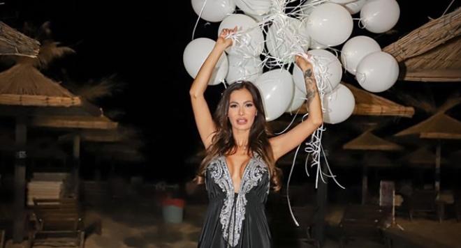 200 светещи балона полетяха над морския бряг за рождения ден