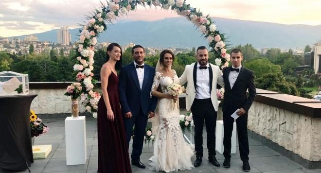 Митака и Джулия удавиха сватбарите с алкохол, шашкат ги с 2 ферарита