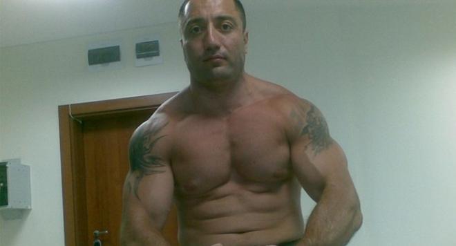 Мускули във фитнеса помпа несебърският наркобос Димитър Желязков-Митьо Очите. За