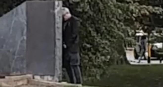 Денди се облекчи върху паметник пред