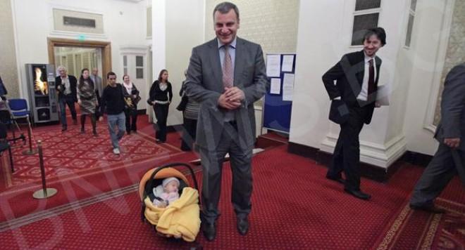 Бебе влезе в парламента