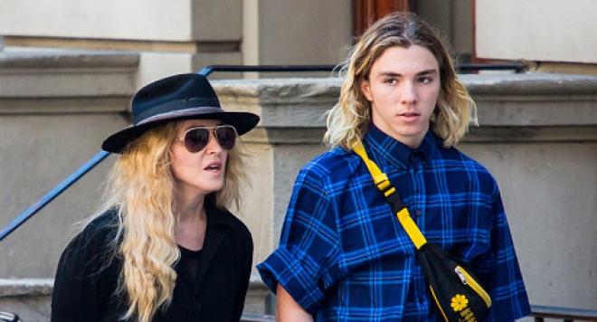 Синът на Мадона става модел
