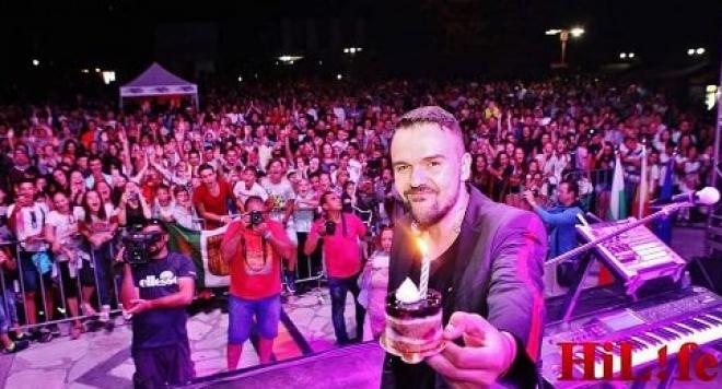 Именно, сцената на българо – македонското турне се оказа избора