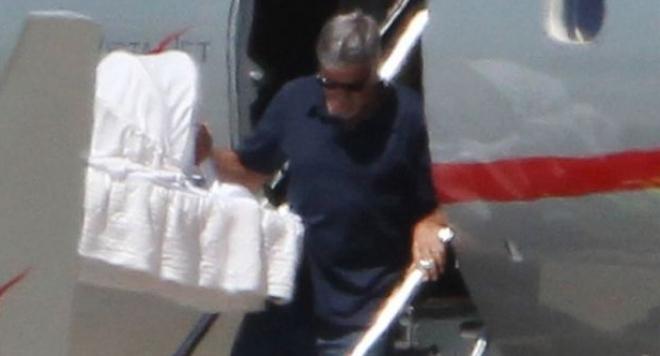 Джордж Клуни и Амал заведоха близнаците в Милано