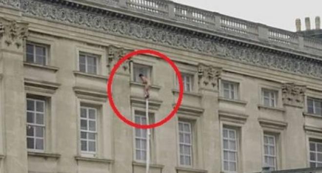 Гол се спусна с чаршаф от Бъкингамския дворец /видео/