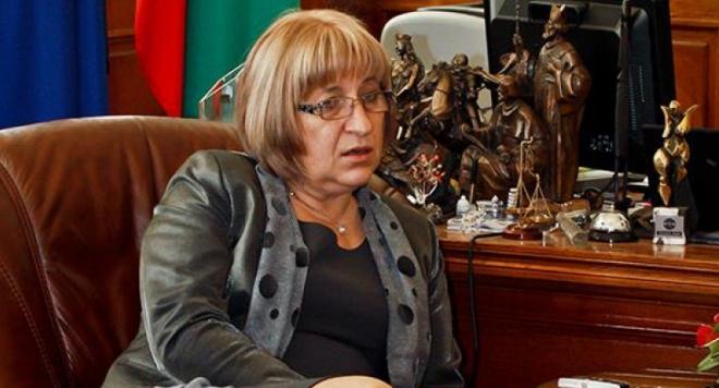 Цецка Цачева заголи бедър и си показа гащите пред журналисти (ШОК ФОТО)