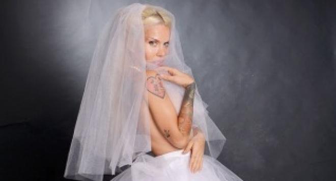 Скандалната плеймейтка Глория Аенска се събра с мъжа си (СНИМКА)
