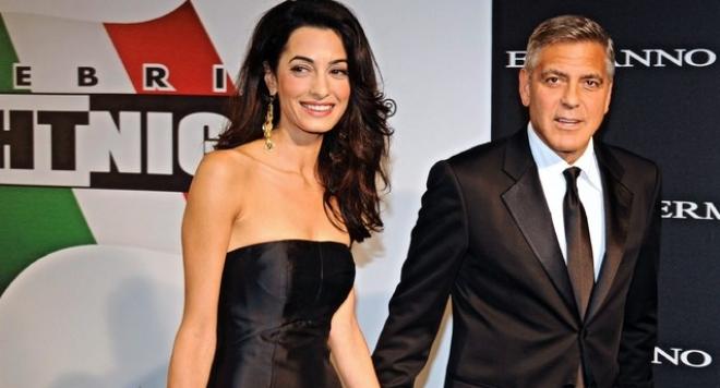 Амал Клуни показа бременно коремче (СНИМКА)