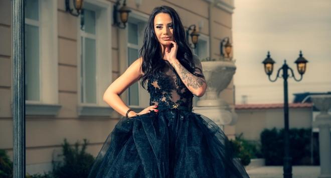Ивана Славова засне фотосесия с роклите на Стоян Радичев