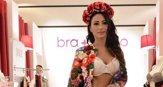 Мариана Маринова остана по бельо с аромат на цветя