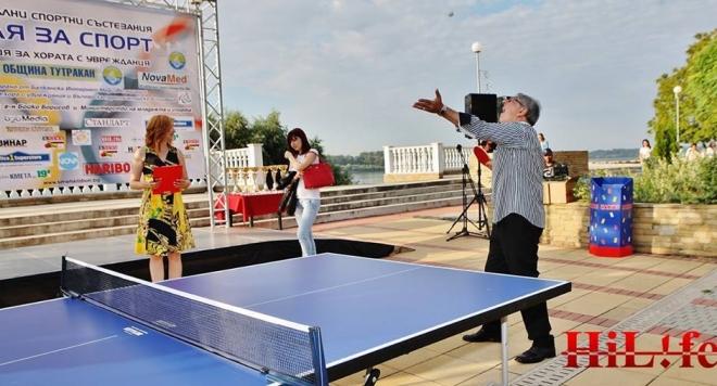 Хайго игра тенис с инвалиди, раздава им купи и медали