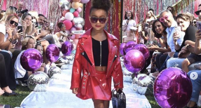 5-годишната дъщеря на Ким Кардашиян атакува модния подиум