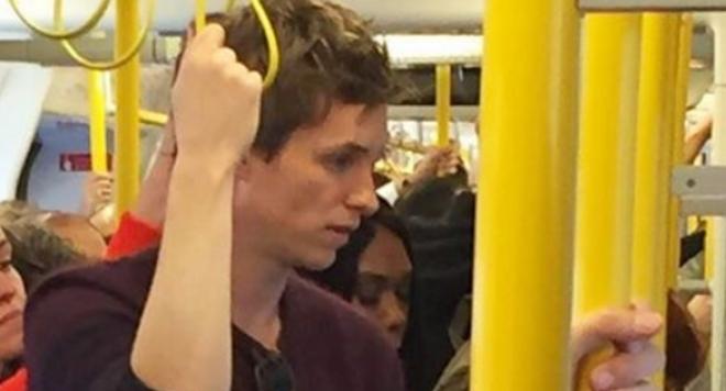 Еди Редмейн пътува с метрото