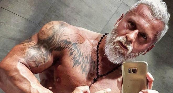 35-годишен бодибилдър харчи хиляди, за да изглежда като пенсионер
