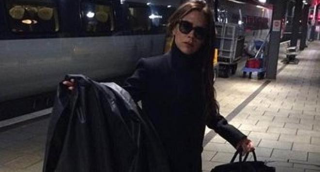 Виктория Бекъм пътува с влак до Манчестър
